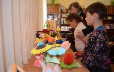 В городской библиотеке открылась выставка-конкурс детского творчества «Цветы для мамы»