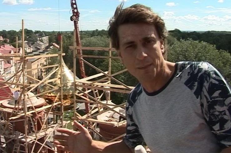 ГТРК «Калининград»: В Гусеве на строящемся храме Всех Святых устанавливают купола