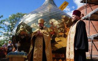 На строящемся православном храме в городе Гусеве засияли первые купола