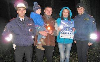 В Гусеве инспекторы ГИБДД раздавали пешеходам световозвращатели