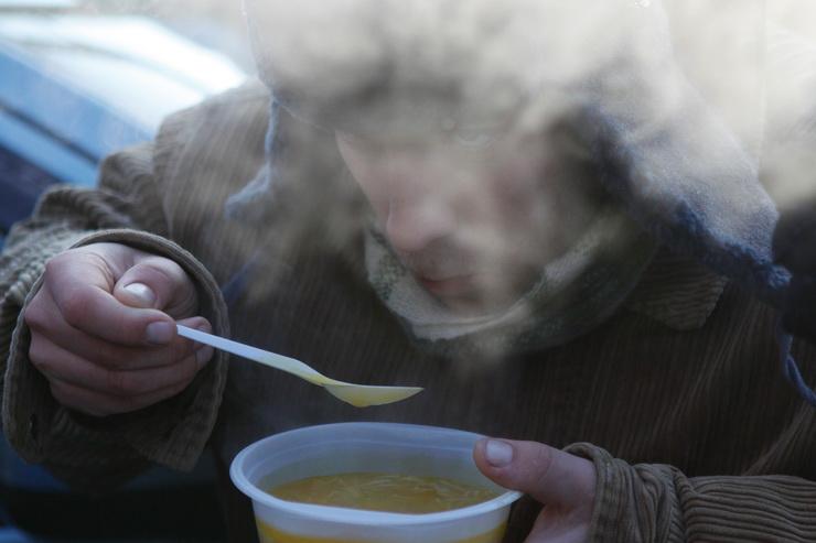 Храм Успения Пресвятой Богородицы обеспечивает в холода гусевских бездомных горячим питанием