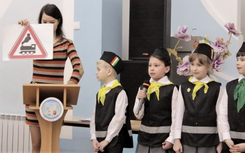 Сотрудники ГИБДД вместе с ЮИДовцами провели для школьников представление по Правилам дорожного движения