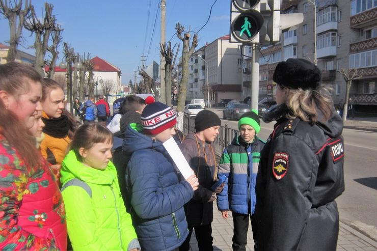 В Гусеве сотрудники ГИБДД помогли детям составить безопасный маршрут из дома в школу
