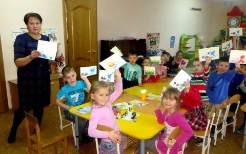 Библиотекарь Лермонтовской библиотеки проводит мастер-классы для дошколят «Подарок маме»