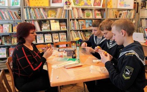В городской библиотеке проходит муниципальная выставка детского творчества «Цветы для мамы»